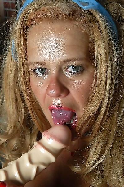 Old amateur slut fingering..