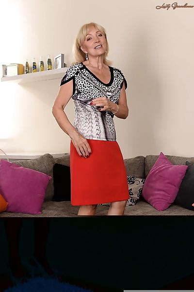 Blonde granny Szuzanne sheds..