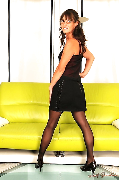 Mature brunette Mariana..