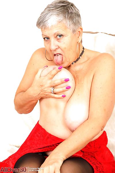 Granny savana takes off her..