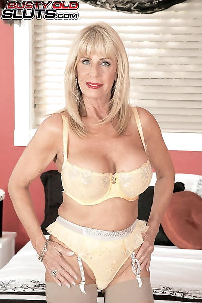 Blonde MILF Pheonix Skye..