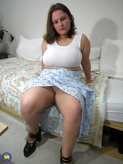 Fat amateur exposes her huge..