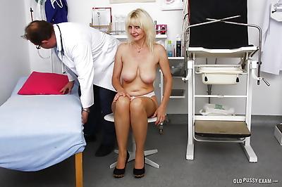 Mature woman Mia letting..