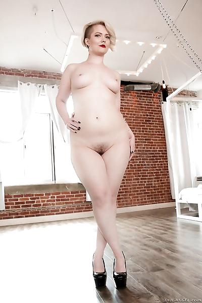 Irresistible chubby hottie..