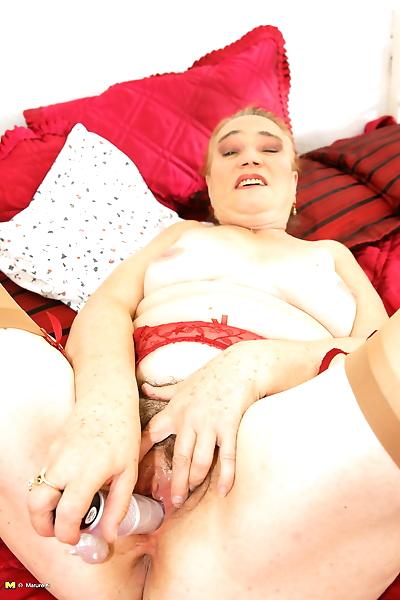 Hairy mature slut playing..