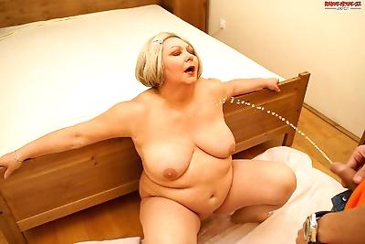 Big mature slut loves a..