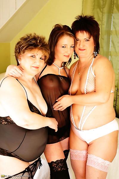 Two older lesbians get down..