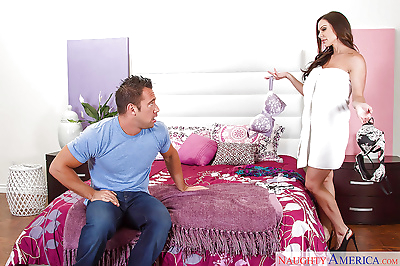 Chesty mom Kendra Lust bare..