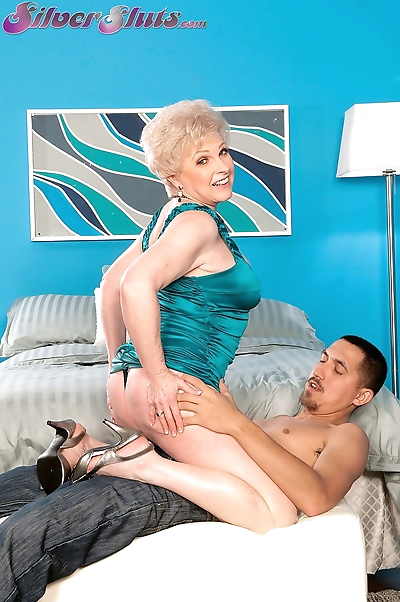 Hot granny Jewel fucks her..