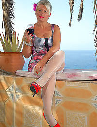 Shorthaired mature posing in red high heels - part 5019