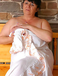 Chubby mommy baring her fat bum ready for some serious pushing up the brown - part 1514