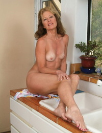 Mature MILF Janet L doffs her shorts and displays her amazing body